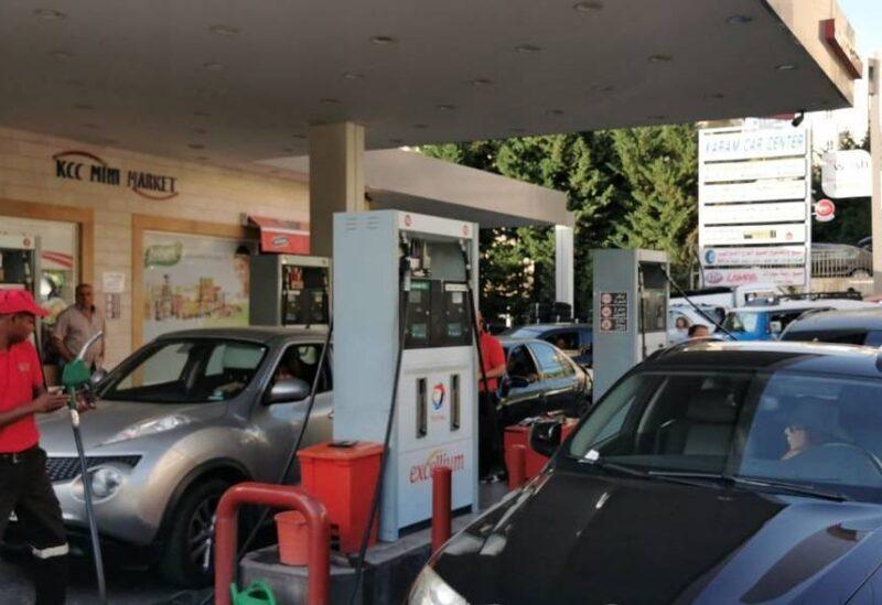 Files d'attente devant une station d'essence