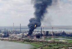 Une partie du feu dans la raffinerie de pétrole