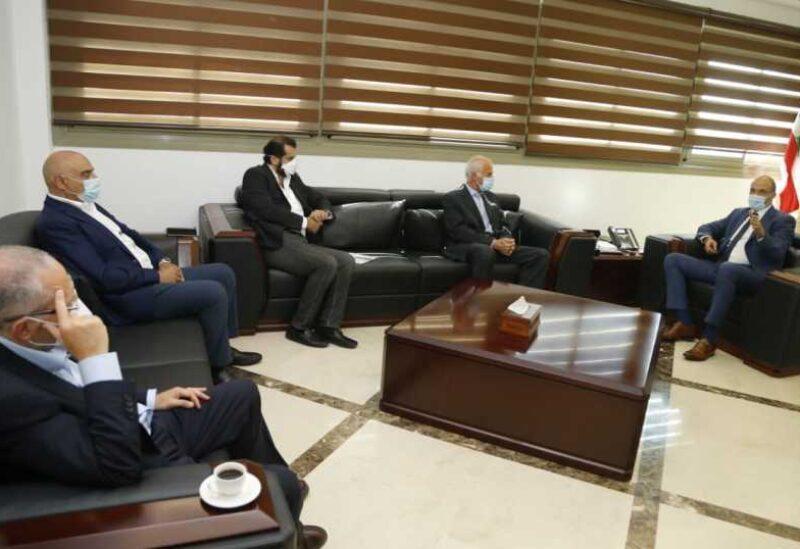Hassan avec une délégation du Syndicat des importateurs et propriétaires d'entrepôts pharmaceutiques