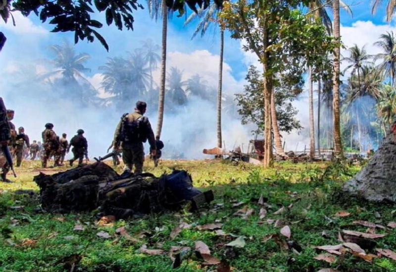 Des équipes de recherche et de sauvetage après le crash d'un avion aux Philippines