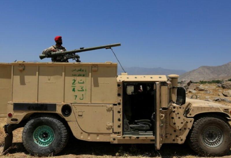 Un soldat afghan monte sur un véhicule de l'armée afghane