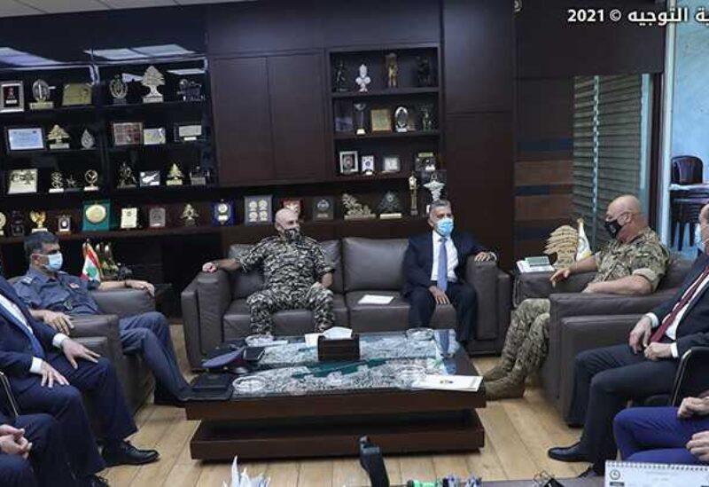 Le commandant en chef de l'armée avec les chefs des services de sécurité