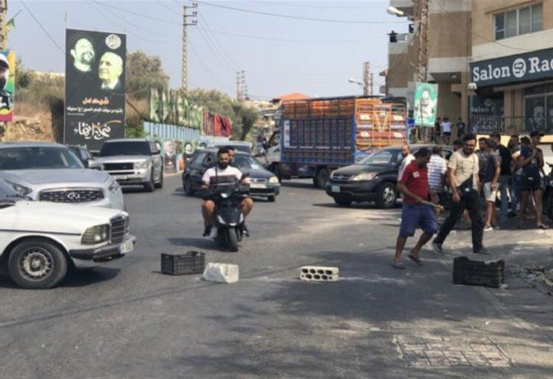 Couper la route principale d'Abbasiya avec des cubes de ciment