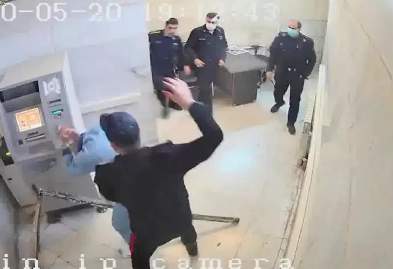 Un agent de sécurité bat un prisonnier à Evin