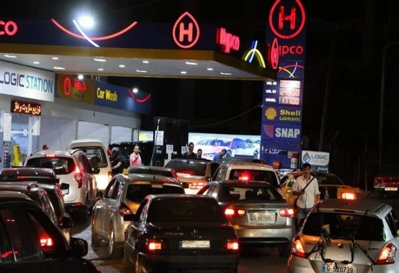 Files d'attente de voitures devant une station-service