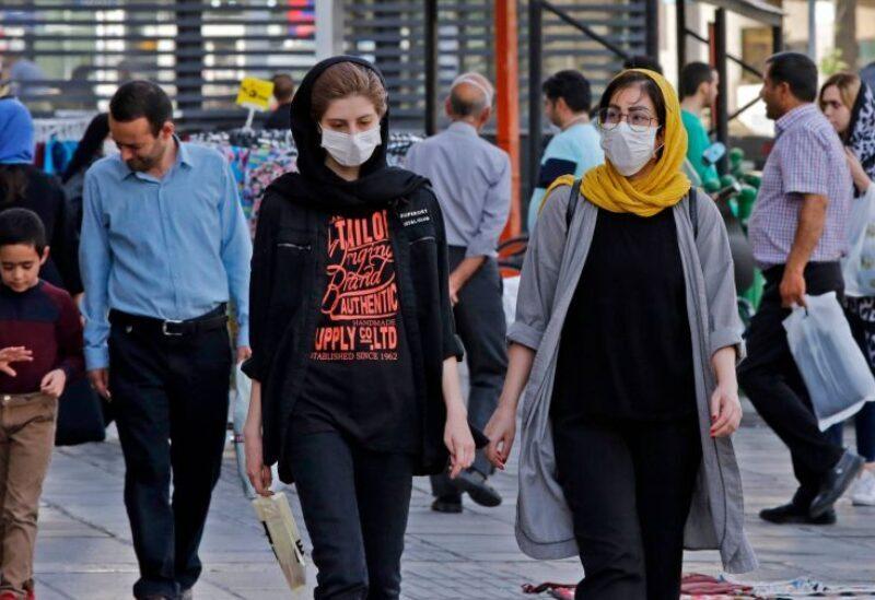 Des femmes iraniennes portant un masque