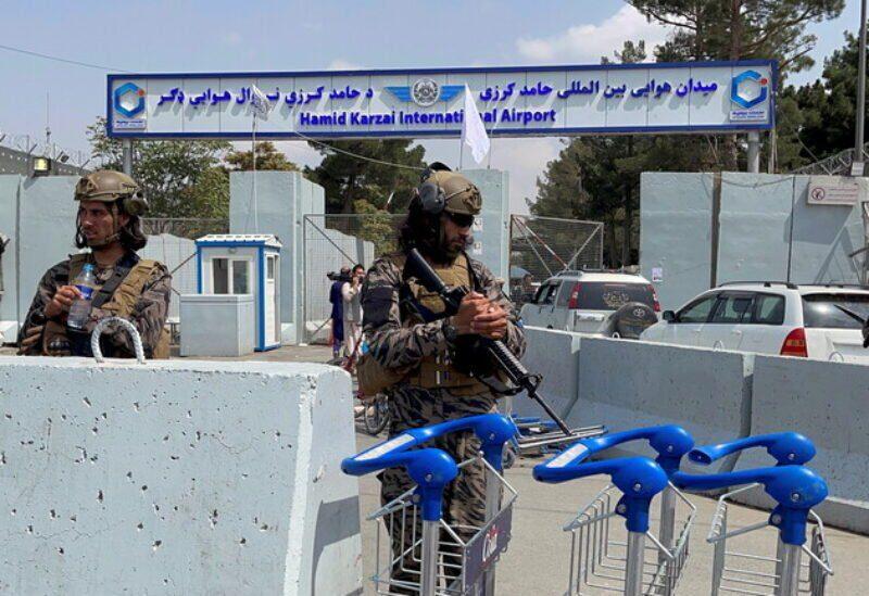 Devant l'aéroport de Kaboul
