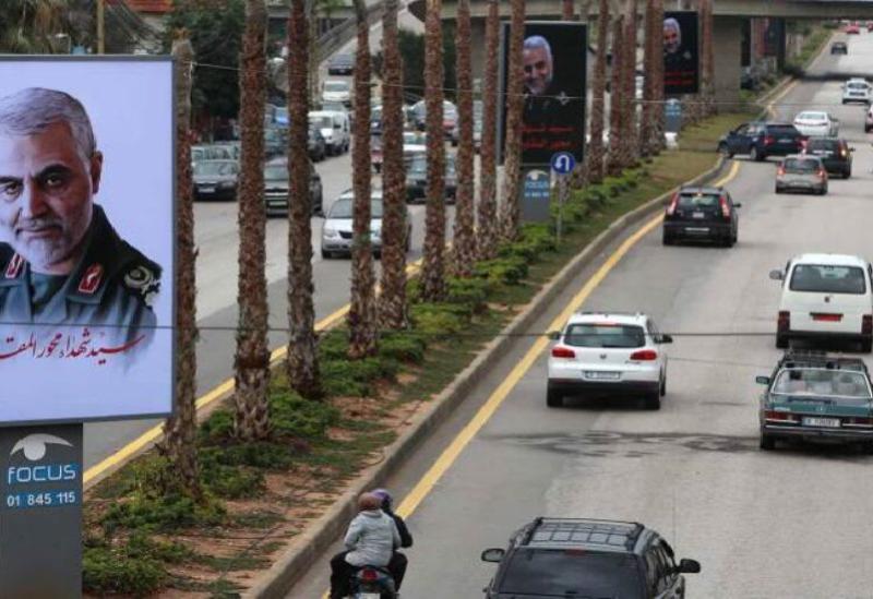 Les photos de Qassem Soleimani sur la route de l'aéroport au Liban