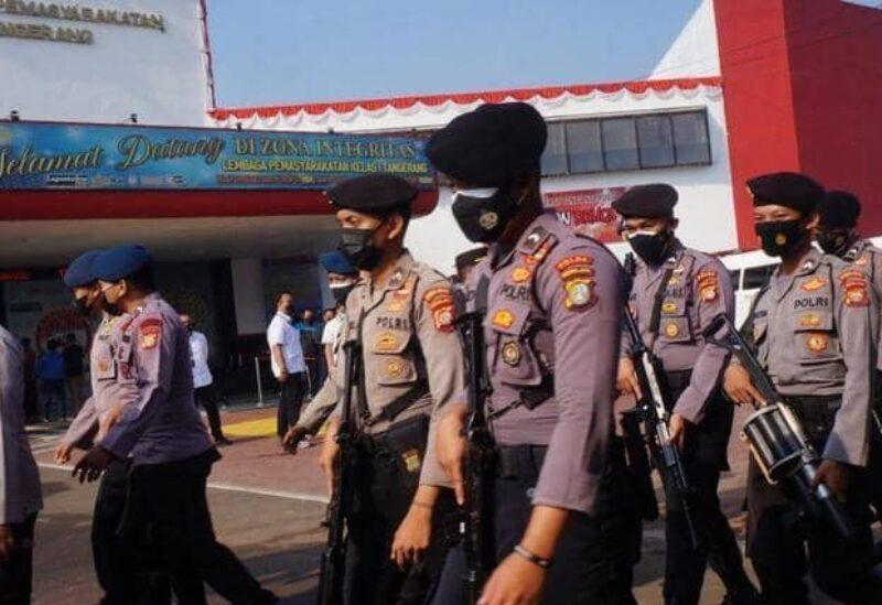 Les forces de sécurité indonésiennes aux alentours de la prison