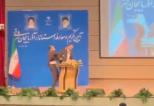 Le nouveau gouverneur de l'État iranien reçoit une forte gifle sur le podium alors qu'il prononce un discours devant le ministre de l'Intérieur