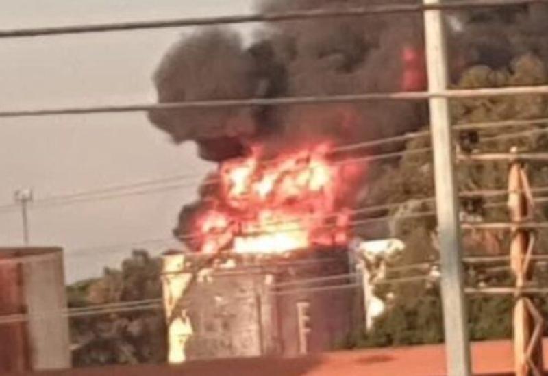un Énorme incendie dans l'un des réservoirs des installations d'Al-Zahrani